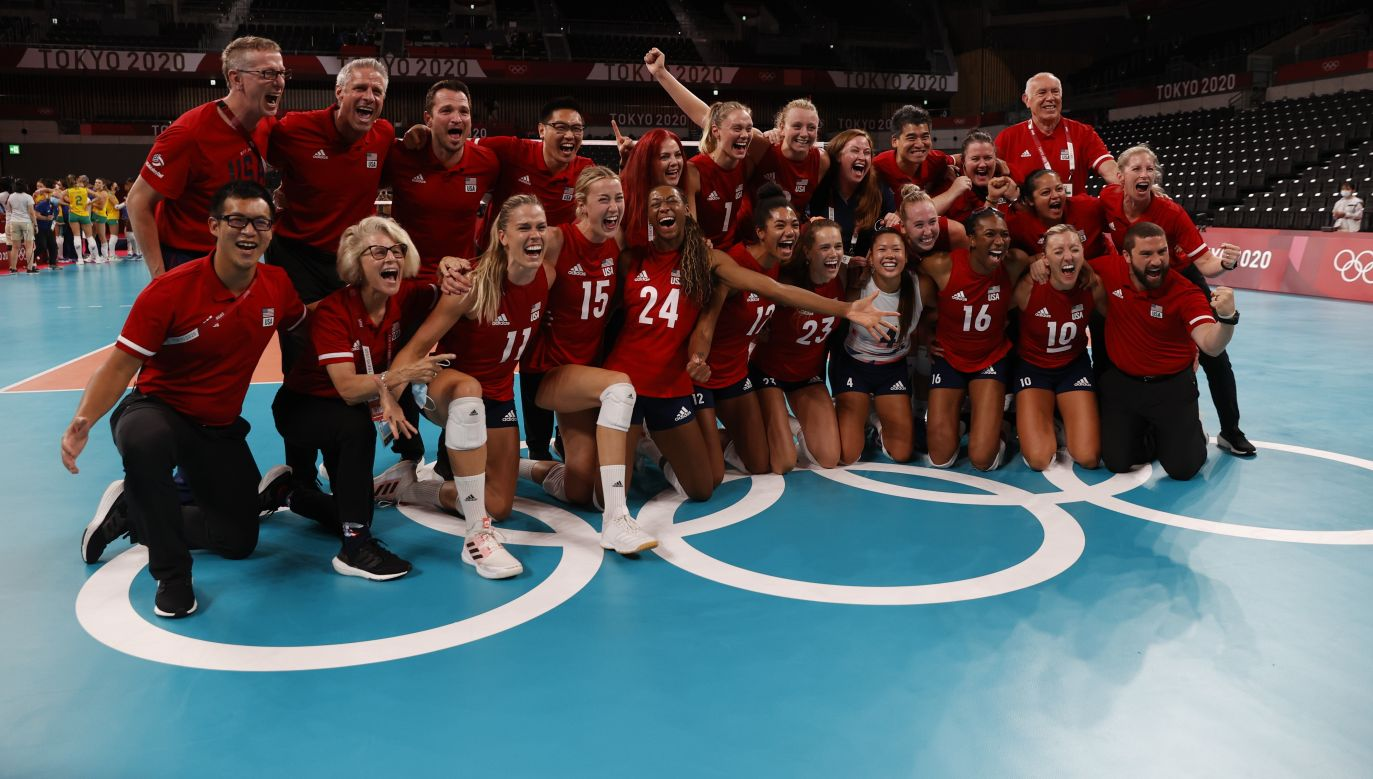 Zawodniczki USA celebrujące zwycięstwo nad Brazylią w finale turnieju siatkarek. (fot. PAP/EPA/HOW HWEE YOUNG)