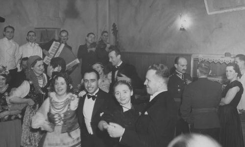 Zabawa karnawałowa zorganizowana przez Polski Biały Krzyż w Warszawie, Uczestnicy w tańcu, w jednej z sal Hotelu Bristol tzw. karczmie
