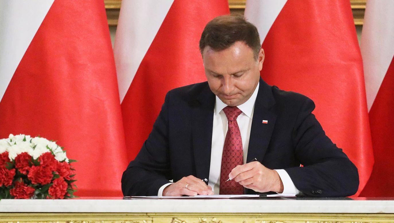 Ustawa z podpisem prezydenta (fot. PAP/Paweł Supernak)