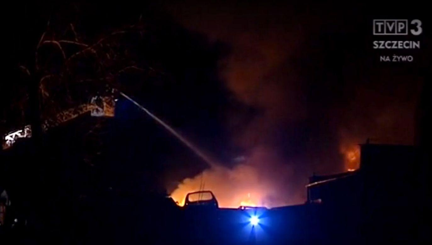 Ogień zagraża sąsiednim budynkom przemysłowym (fot. TVP3)