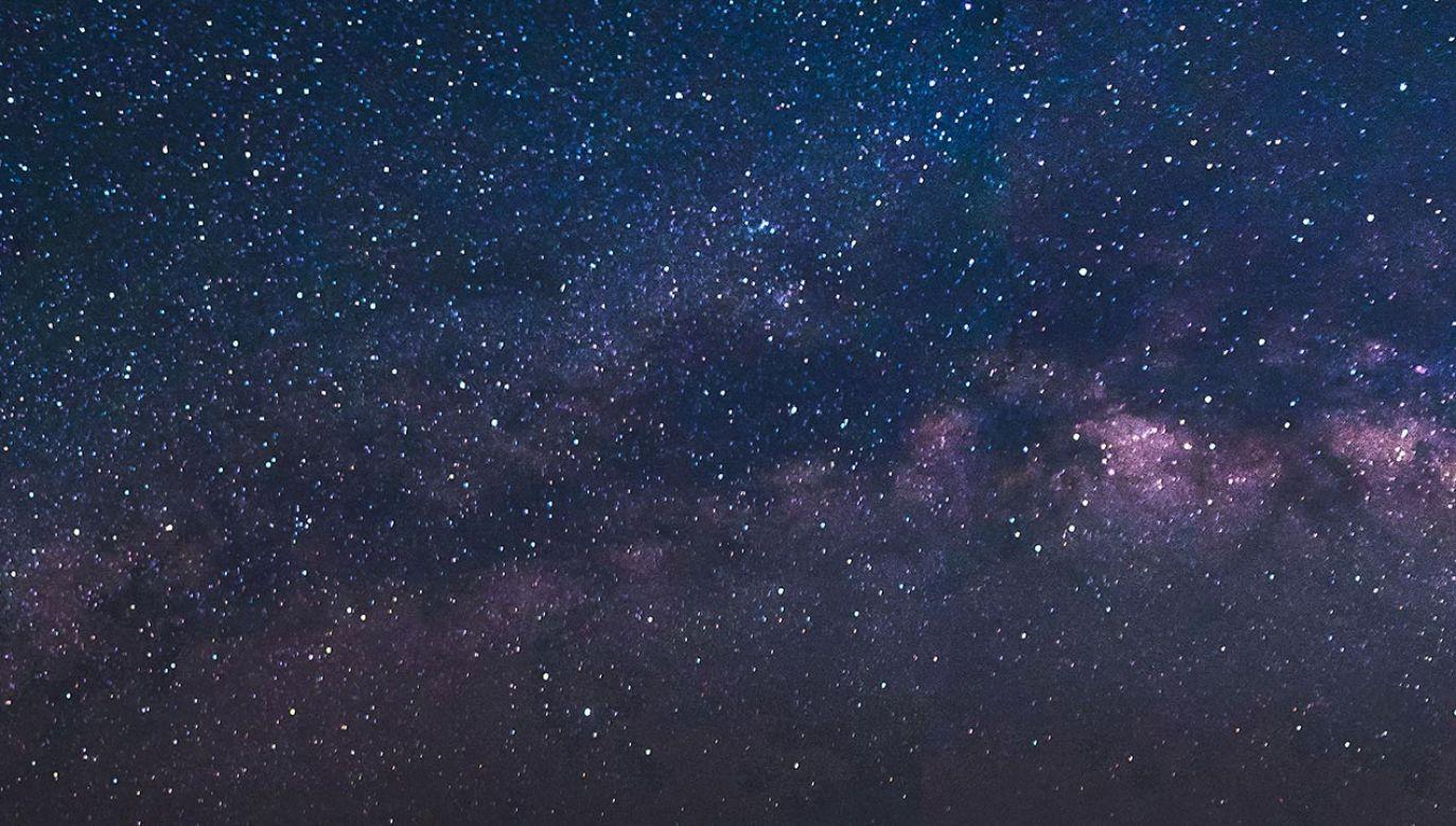 Planetę najprawdopodobniej okrąża trzy powiązane ze sobą grawitacyjnie gwiazdy (fot. Shutterstock)