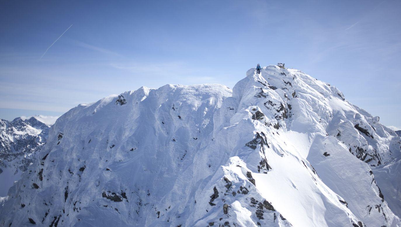 Szlaki dojściowe do schronisk są przetarte, jednak pod śniegiem zalega warstwa lodu (fot. Getty Images/NurPhoto/Maciej Luczniewski)