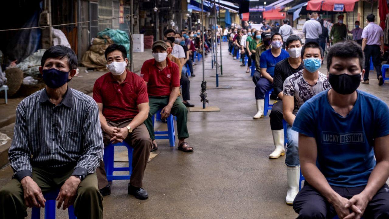 Transport do Wietnamu  zawiera szczepionki przeciw koronawirusowi oraz sprzętem medycznym  (fot. Linh Pham/Getty Images)