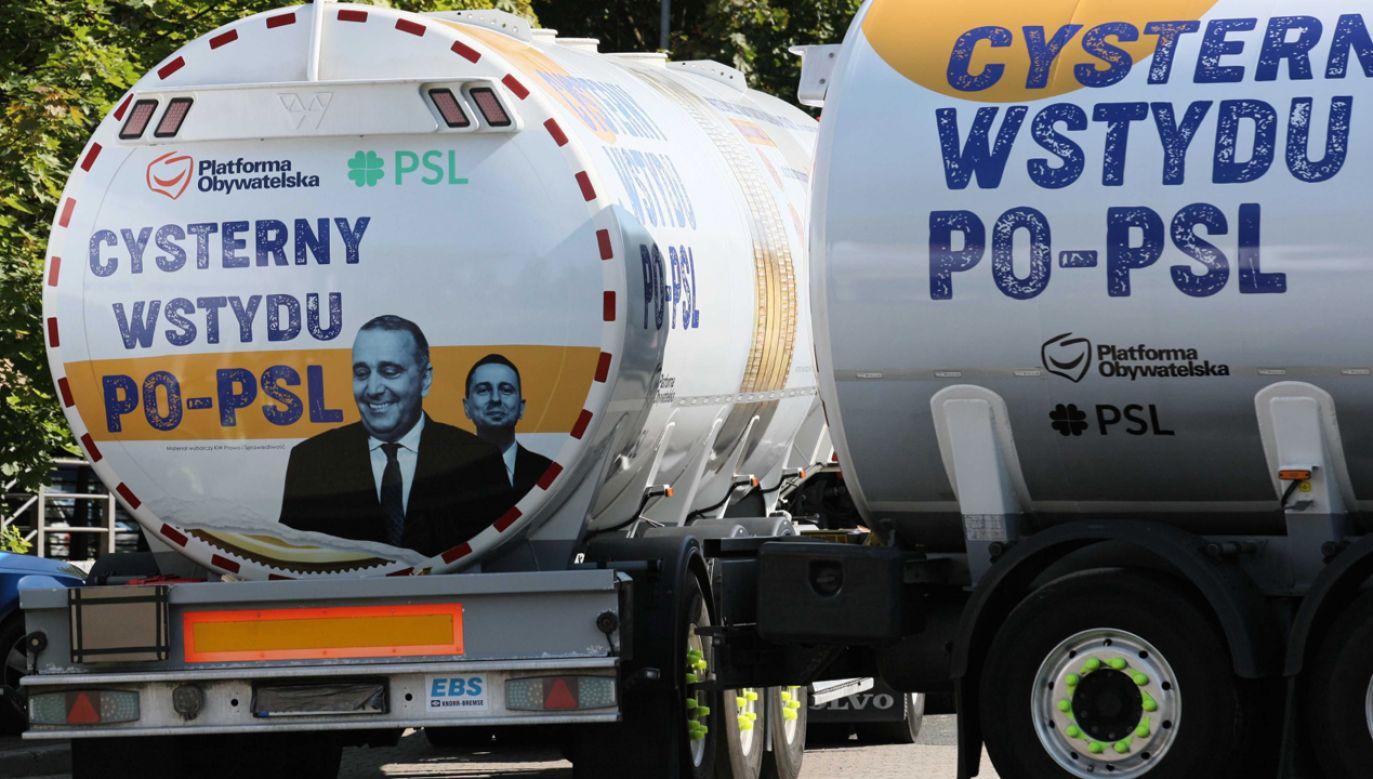 """W Manowie, przy drodze krajowej nr 11, stanęła w piątek jedna z czterech  """"Cystern wstydu PO–PSL"""" (fot. PAP/Lech Muszyński)"""