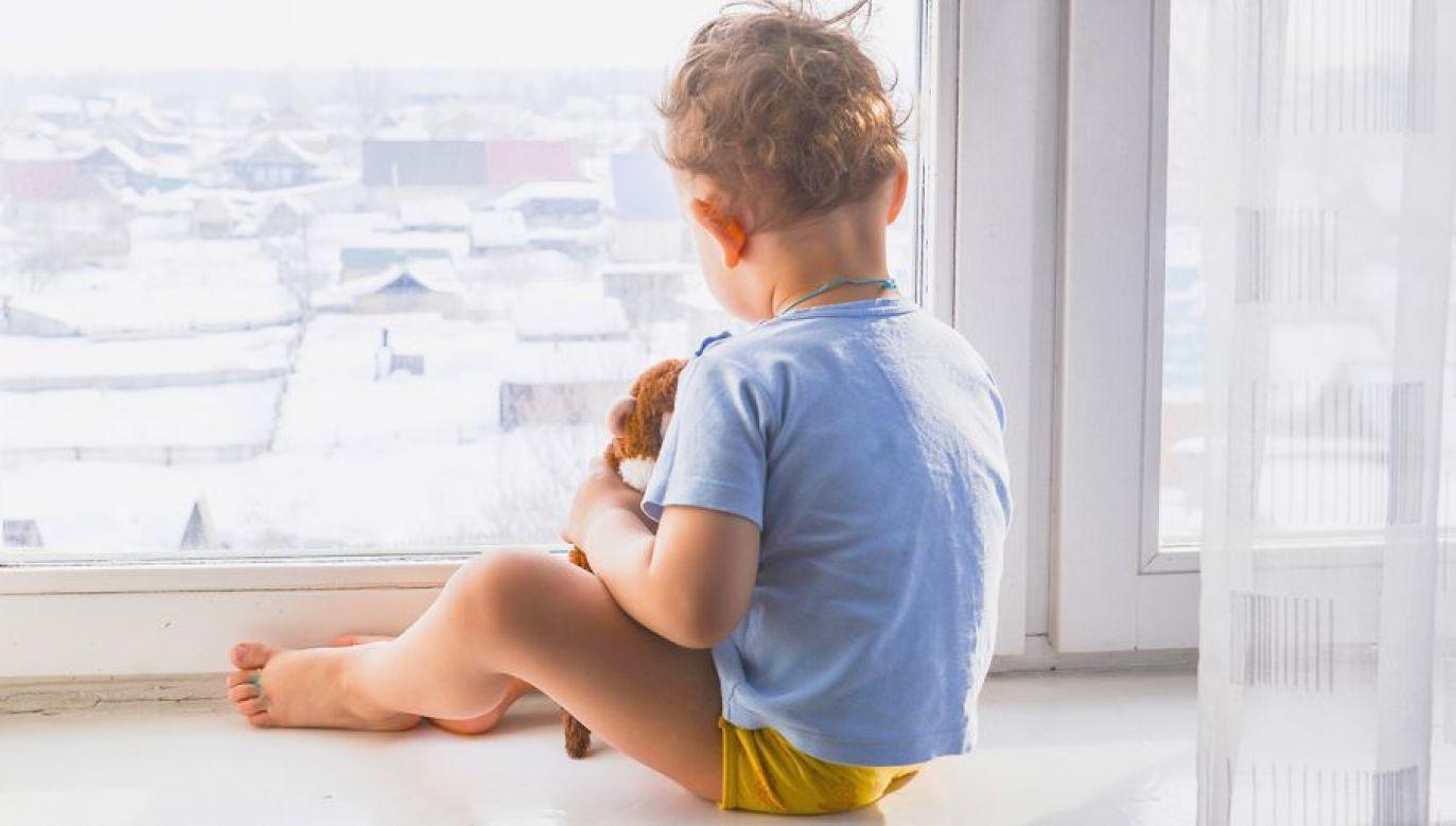 Matka podrzucała swoje młodsze dziecko sąsiadce (fot. Shutterstock/Elena Glukhova)
