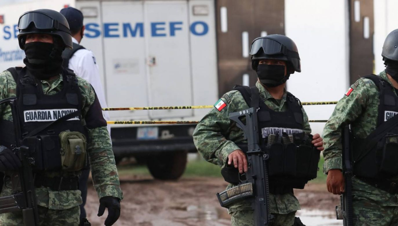 Członkowie Meksykańskiej Gwardii Narodowej patrolują otoczenie  po ataku na policjantów w stanie Guanajuato (fot. PAP/EPA/Str)