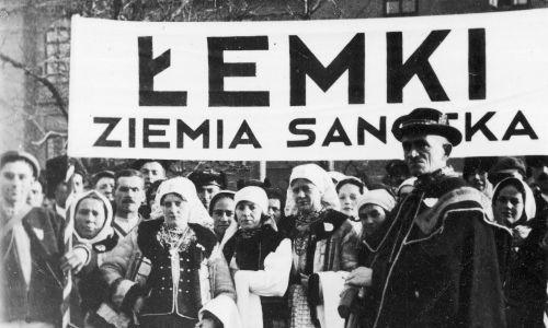 Uczestnicy zjazdu górali z Podhala, Podkarpacia i Huculszczyzny podczas pobytu w Krakowie. Grupa Łemków z ziemi sanockiej. Listopad 1934 r. Fot. NAC