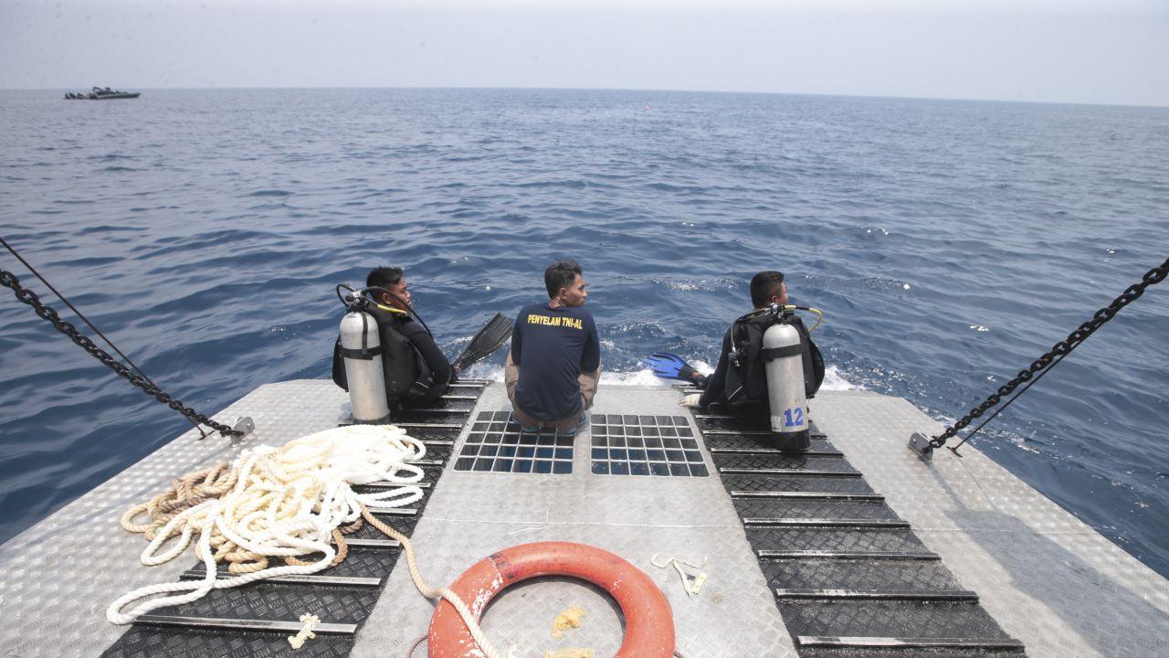 Nurek brał udział w poszukiwaniach po katastrofie samolotu Lion Air (fot. PAP/EPA/BAGUS INDAHONO)