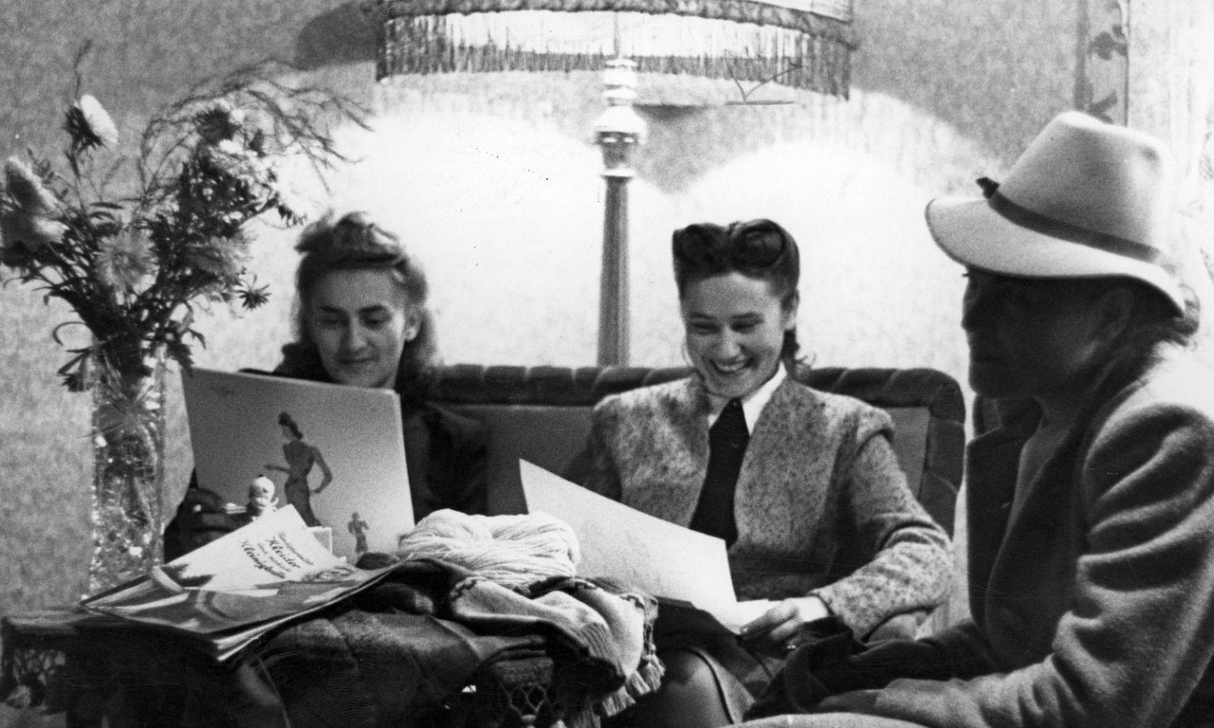 """W tygodniku ilustrowanym """"7 Dni"""" były bogato ilustrowane artykuły poświęcone projektom Zofii Hebdy, właścicielki jedynego działającego w tamtych czasach Studio Mody """"Falbanka"""". Otwarto ją w 1940 roku. Najpierw znajdowało się w Alejach Jerozolimskich, a potem przy ulicy Czackiego.Na zdjęciu kobiety przeglądają katalogi z modnymi strojami. Fot. NAC Jerzy Łuczyński, Wydawnictwo Prasowe Kraków-Warszawa, sygnatura: 2-7140"""