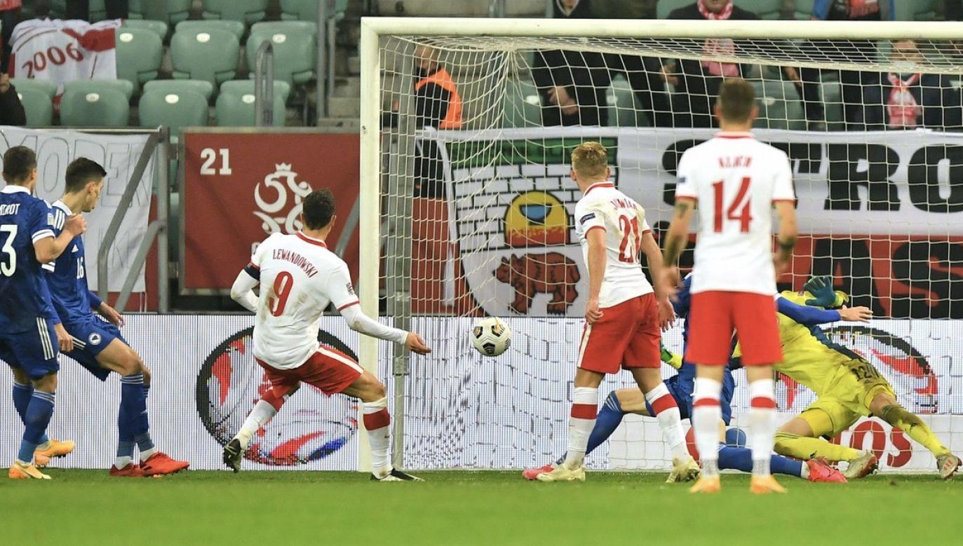 Piłkarz reprezentacji Polski Robert Lewandowski (C) strzela bramkę podczas meczu grupy A1 Ligi Narodów z Bośnią i Hercegowiną (fot. PAP/Maciej Kulczyński)