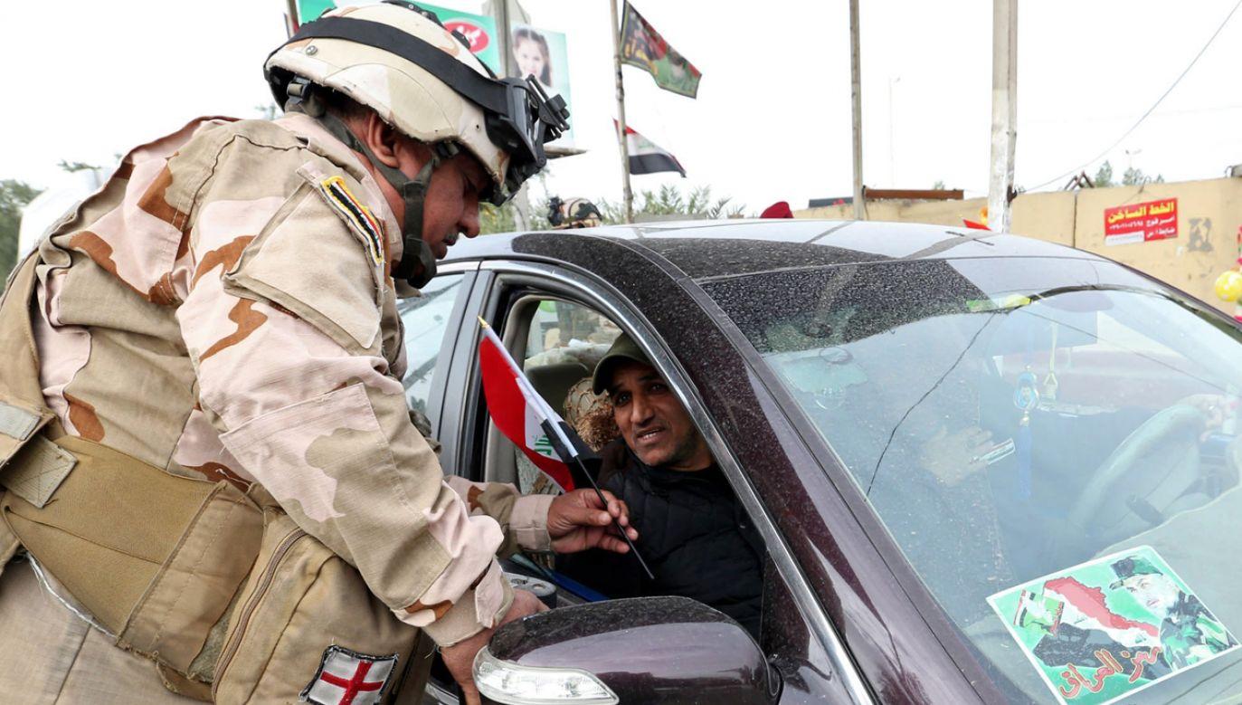 Zamachu dokonano na punkcie kontrolnym w pobliżu Karbali (fot. PAP/EPA/Ali Abbas)