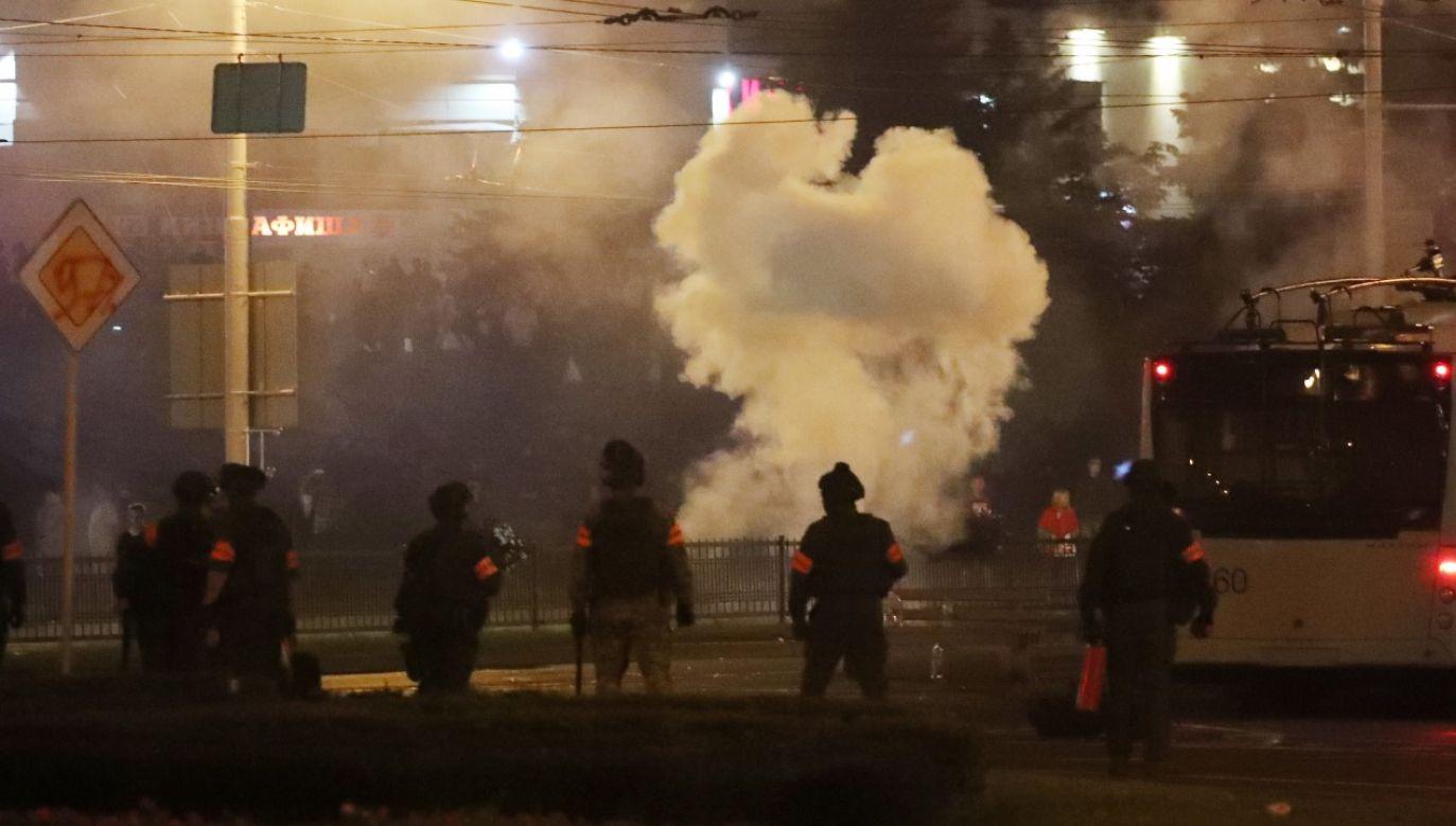 Siły specjalne milicji stosowały granaty hukowe, gaz łzawiący i armatki wodne (fot. PAP/EPA/TATYANA ZENKOVICH)