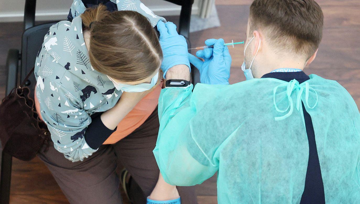 Badania wykazują, jak ważna jest pierwsza dawka szczepionki (fot. PAP/Leszek Szymański)