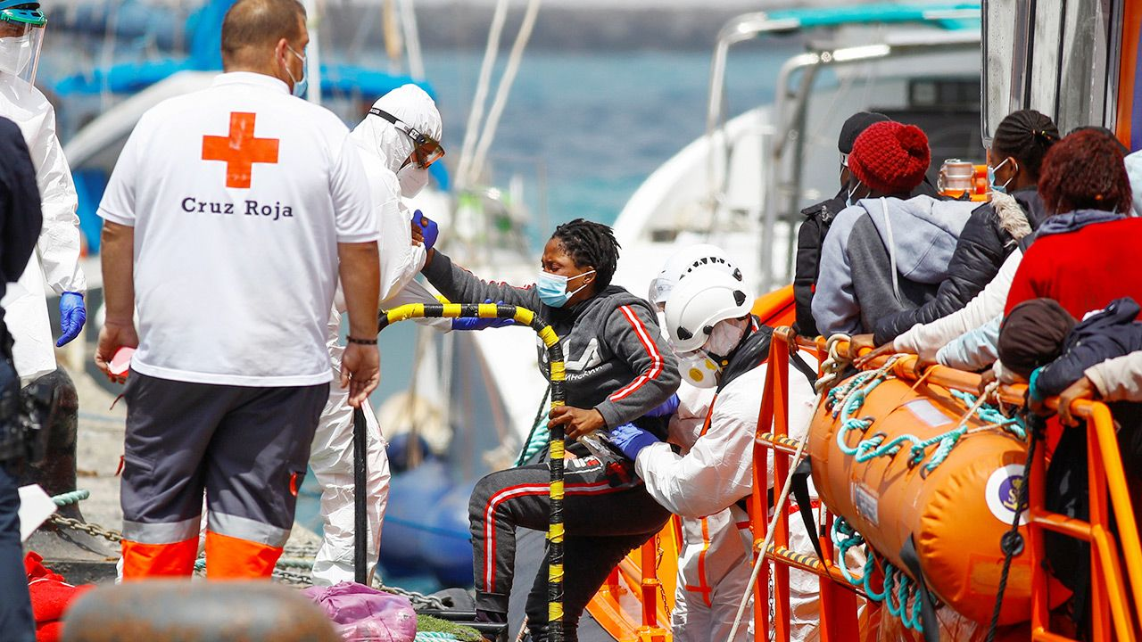 Przeładowana łódź z imigrantami wywróciła się na morzu (fot.  REUTERS/Borja Suarez)