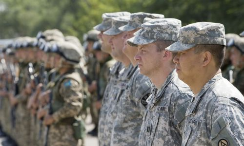 Amerykańscy żołnierze podczas ceremonii rozpoczęcia manewrów pod Ałmatami w 2010 roku. Fot. REUTERS/Shamil Zhumatov