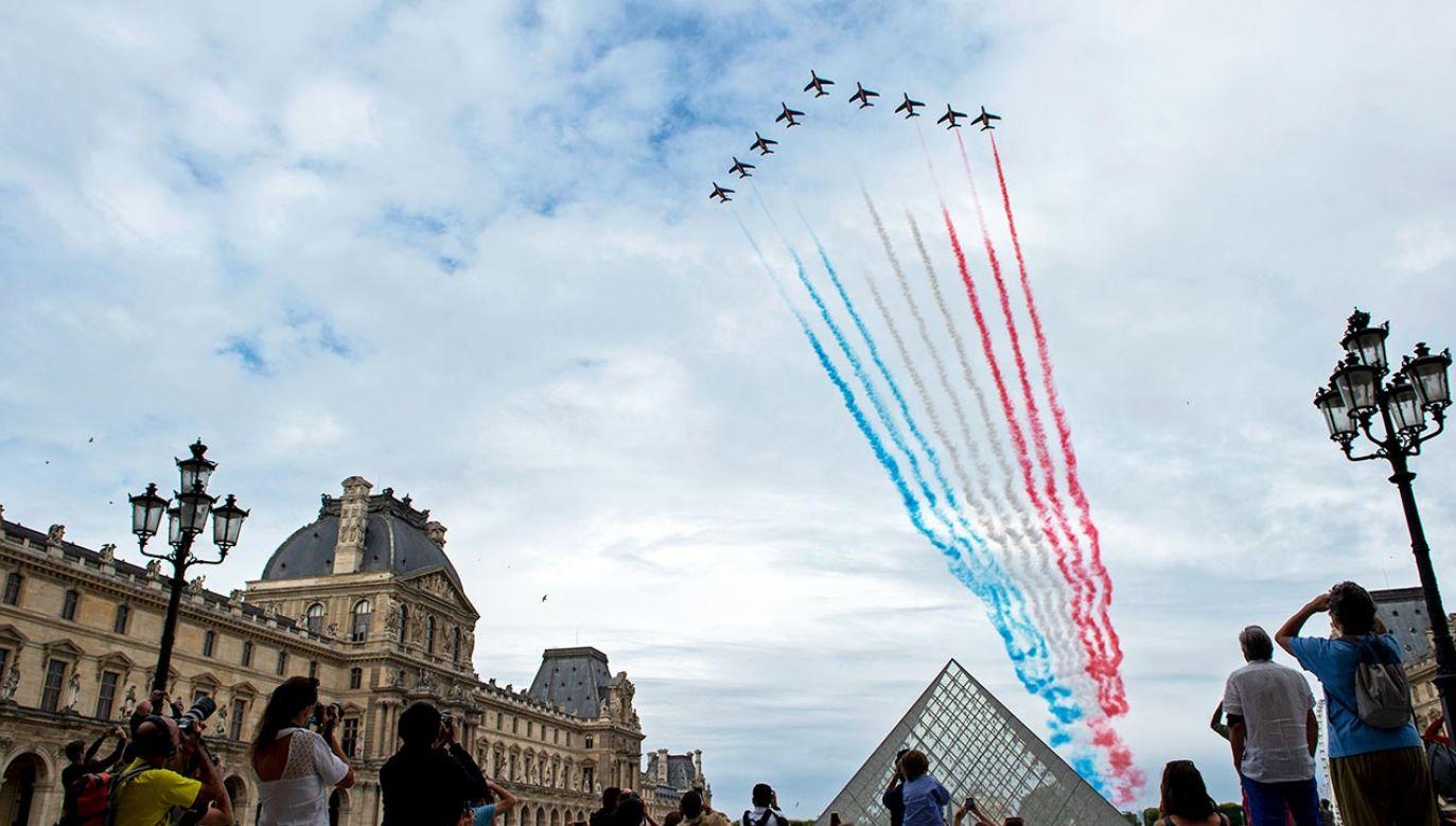Barwy flagi francuskiej na niebie nad Paryżem  (fot. Aurelien Meunier/Getty Images)