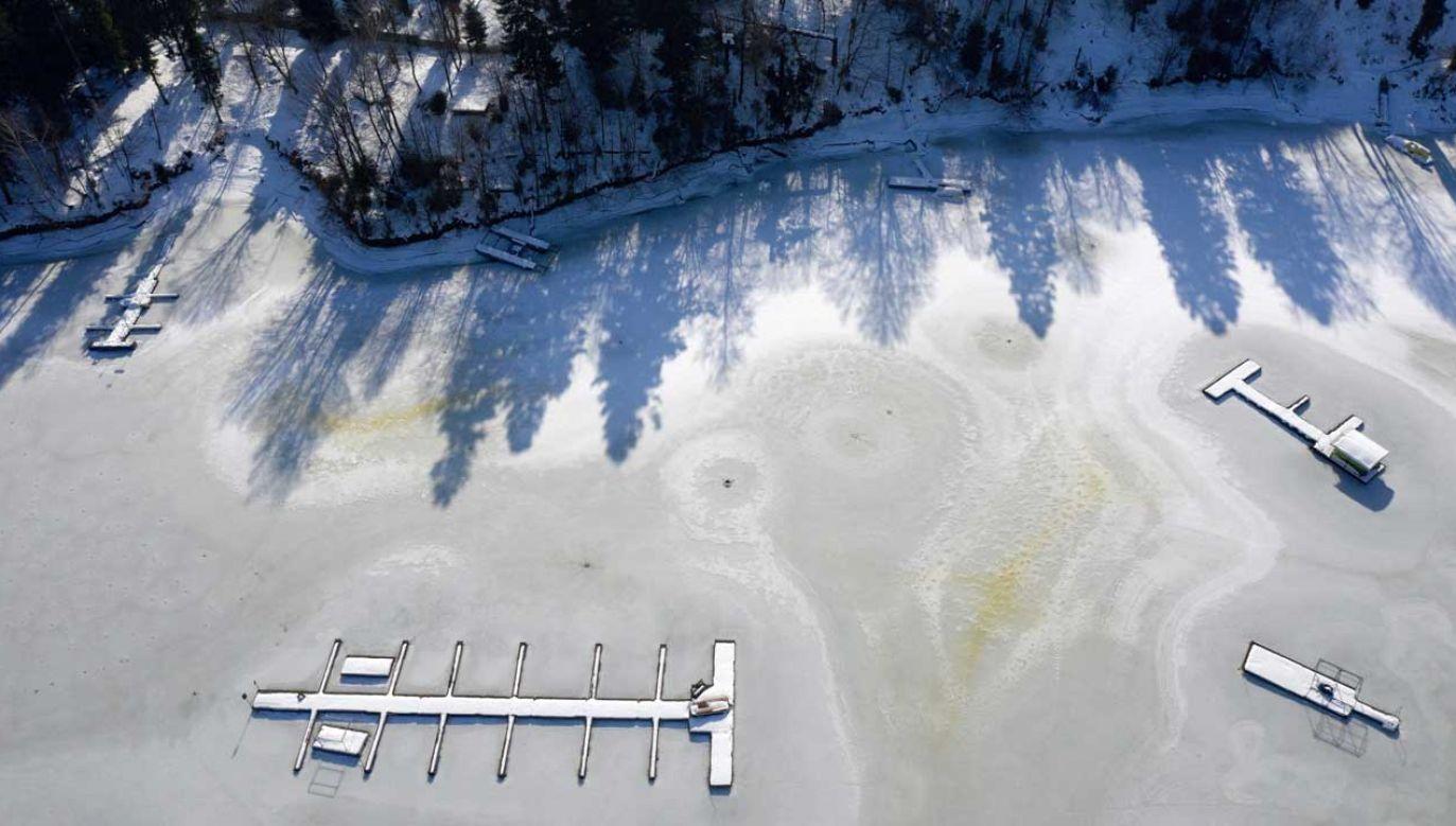 Pokryte krą Jezioro Solińskie w Polańczyku (fot. PAP/Darek Delmanowicz)