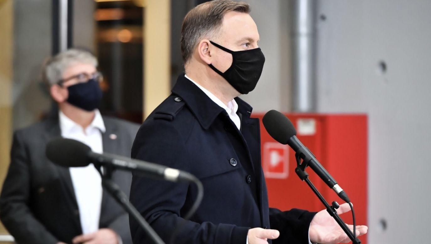"""Przez grupę osób Andrzej Duda został przywitany okrzykami: """"kłamca"""", """"będziesz siedział"""", """"Trybunał Stanu"""", """"republika banasiowa"""" i """"przestań łgać"""" (fot. PAP/Andrzej Lange)"""