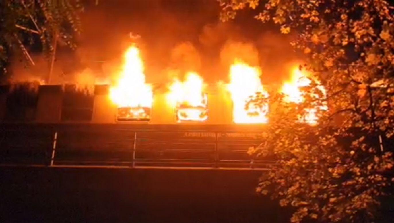 Jeden z wagonów doszczętnie spłonął (fot. źródło de.bild)