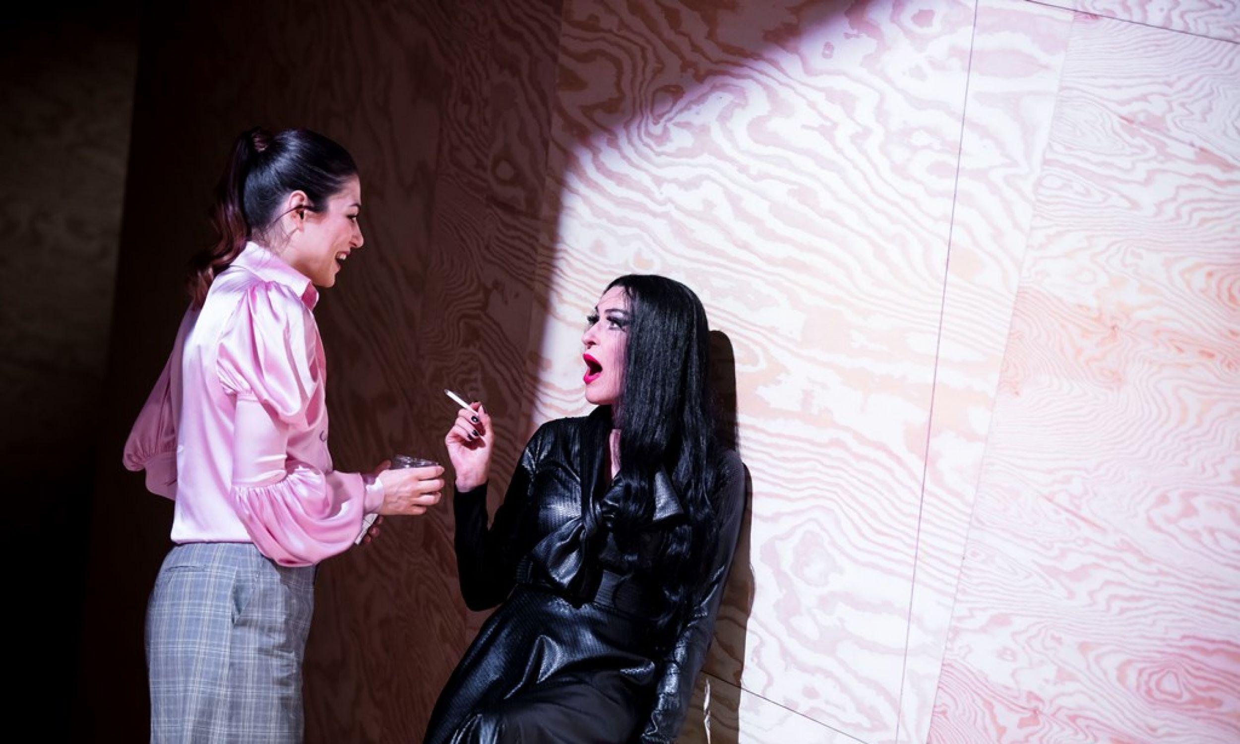 To opowieść o krótkim spotkaniu matki (Danuta Stenka, na zdjęciu z prawej) z córką (Zuzanna Szaporznikow). Fot. Krzysztof Bieliński/Teatr Narodowy