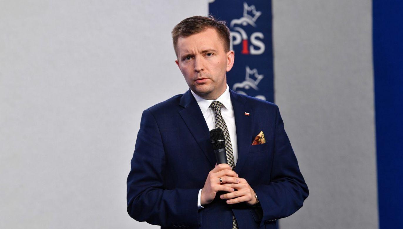Przewodniczący Komitetu Stałego Rady Ministrów Łukasz Schreiber podczas konferencji praswoej w Sejmie RP (fot. PAP/Radek Pietruszka)