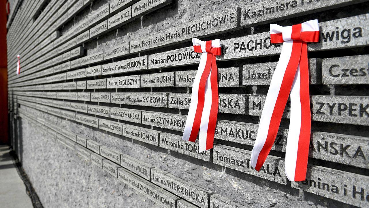 Tabliczki z nazwiskami osób ratujących Żydów na tzw. Ścianie Pamięci w Muzeum Polaków Ratujących Żydów podczas II wojny światowej im. Rodziny Ulmów w Markowej koło Łańcuta (fot. arch. PAP/Darek Delmanowicz)