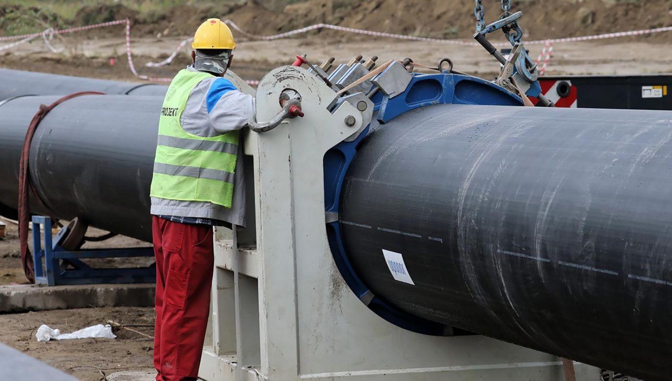 Tymczasowy przesył powstał na moście pontonowym (fot. PAP/Tomasz Gzell)