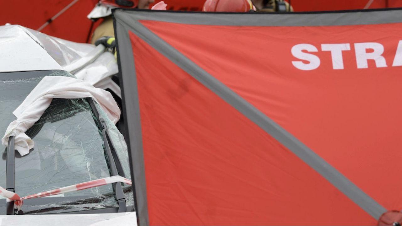 W stojącą na chodniku pieszą uderzył jeden z samochodów uczestniczących w kolizji (fot. PAP/G.Michałowski, zdjęcie ilustracyjne)