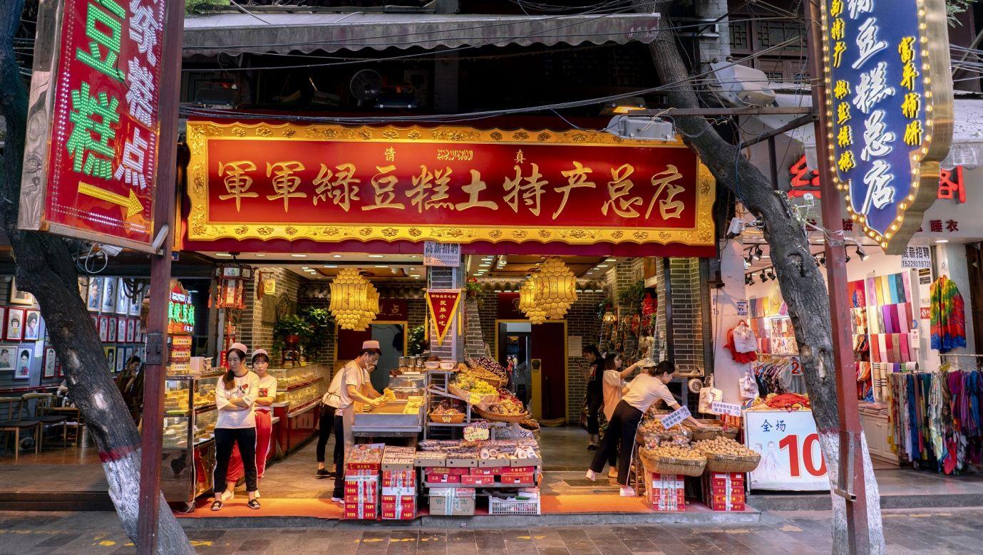 Xi'an, Prowincja Shaanxi, Chiny – 2018 r. Sprzedawcy żywności w dzielnicy muzułmańskiej (Hui min Jie), która jest znaną atrakcją turystyczną położoną na północ od Drum Tower. Wzdłuż ulicy znajdują się zabytki starożytnej architektury dynastii Ming i Qing, pyszne jedzenie, a także toczą się chińskie życie i kultura muzułmańska. Fot. Zhang Peng / LightRocket via Getty Images
