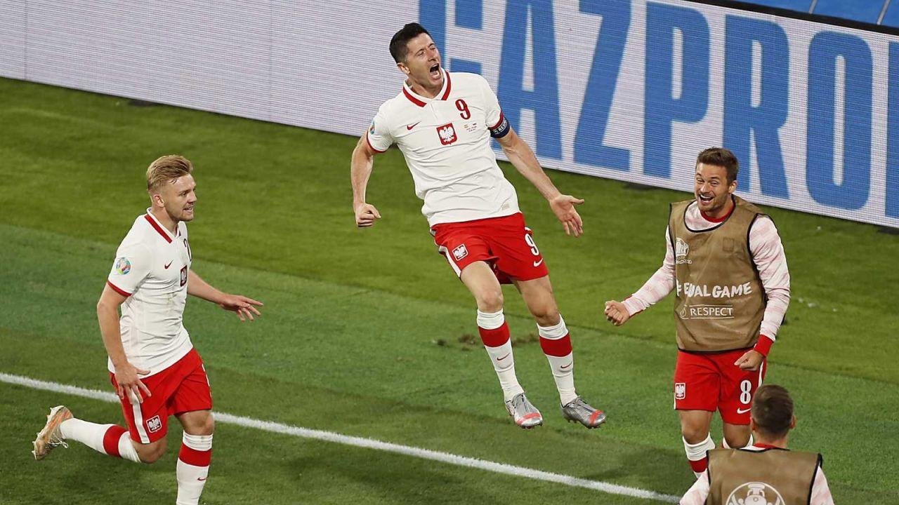 Robert Lewandowski strzelił gola na wagę remisu z Hiszpanią (fot. PAP/EPA)
