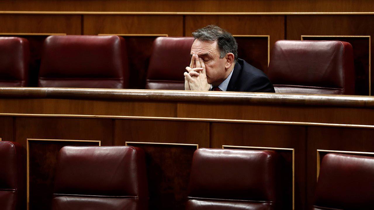 """Enrique Santiago chciał """"likwidować"""" króla. Teraz będzie mu towarzyszył (fot. PAP/EPA/MARISCAL / POOL)"""