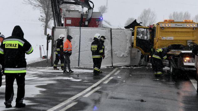 Na obwodnicy Torunia zderzyły się trzy pojazdy osobowe i jeden samochód ciężarowy (fot. PAP/M.Gadomski, zdjęcie ilustracyjne)