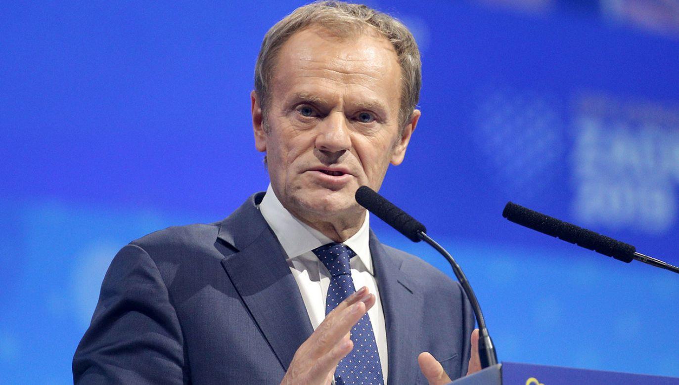 Donald Tusk jest obecnie szefem Europejskiej Partii Ludowej, której europosłowie zagłosowali w czwartek za rezolucją przeciwko Polsce (fot. Stipe Majic/Anadolu Agency via Getty Images)