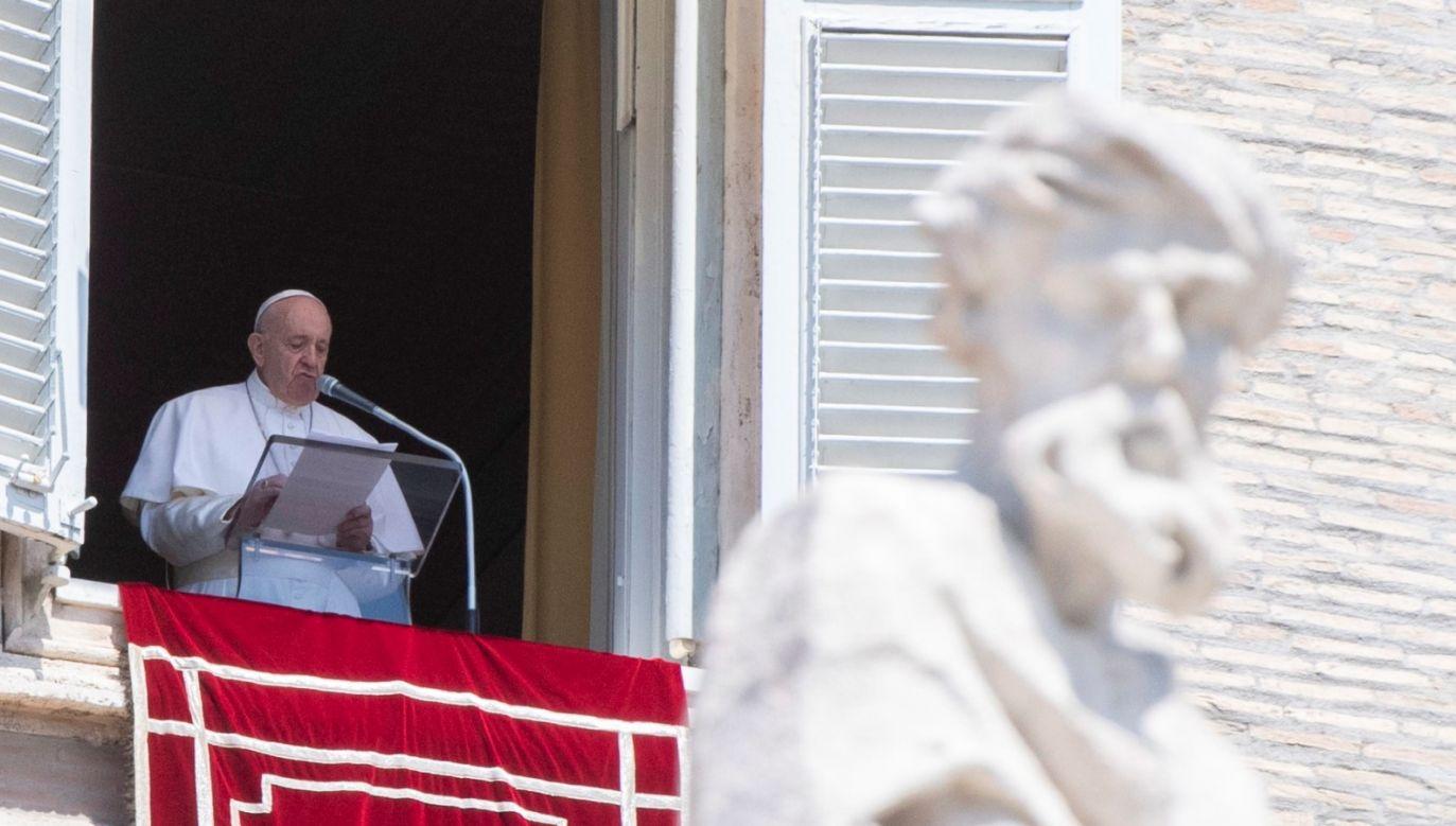 Na placu przed bazyliką watykańską zgromadziły się setki wiernych (fot.   PAP/EPA/CLAUDIO PERI, zdjęcie ilustracyjne)