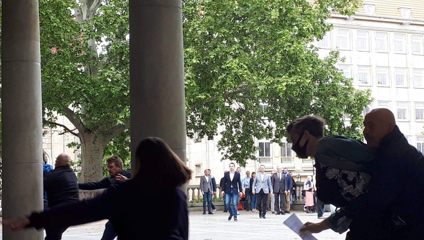 Ochrona wyprowadziła aktywistów (fot. Twitter/Norbert Nowicki)