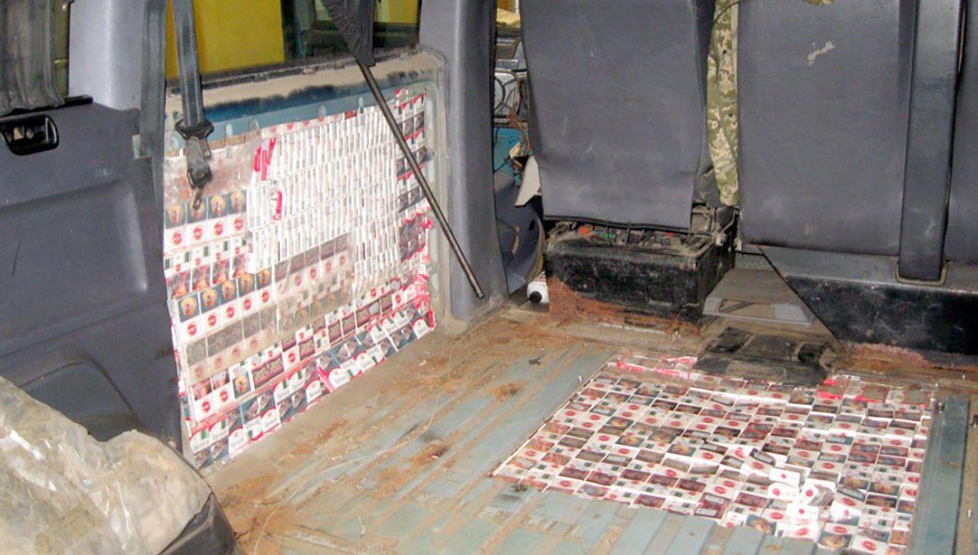 Z osobówki i busa wyciągnęto ponad 10,5 tys. paczek papierosów (fot. Podlaska KAS)