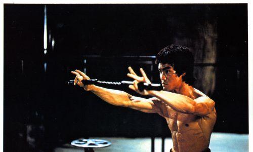 Lee posługiwał się nunczako w sposób mistrzowski. Od premiery filmu cieszyło się wielkim zainteresowanym młodych ,mężczyzn aż do początków lat 90 XX wieku. Fot.  Warner Brothers/Getty Images
