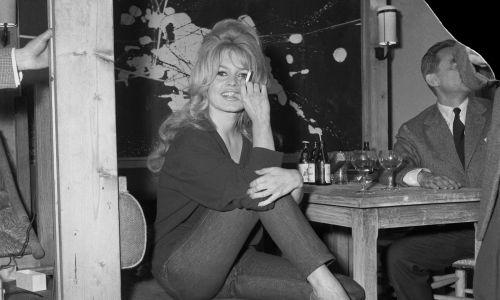 """Brigitte Bardot w dżinsach i swetrze, na planie """"Prawdy"""" Henri-Georges'a Clouzota z 1960 roku, wygląda bardzo współcześnie.Fot. Getty Images"""
