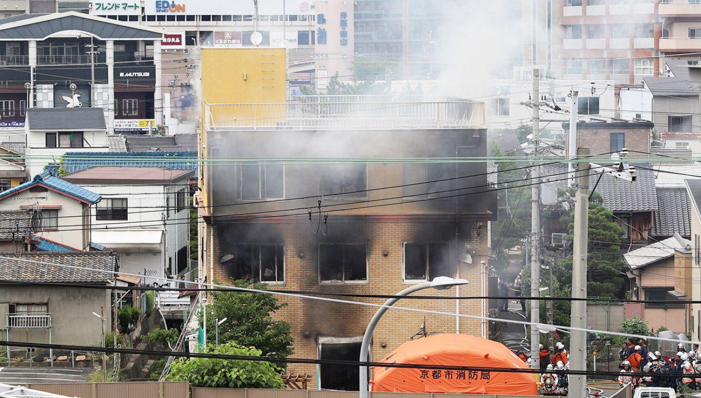Według straży pożarnej w momencie wybuchu pożaru w budynku przebywało ponad 70 osób (fot. PAP/EPA/JIJI )