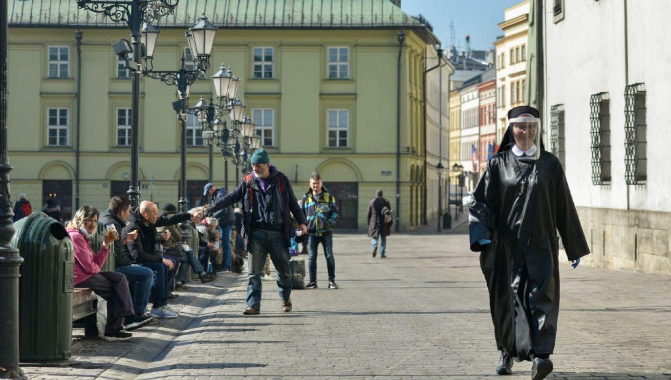 Co czeka nas na początku kwietnia? Co rekomenduje MZ? (fot. Artur Widak/NurPhoto via Getty Images)