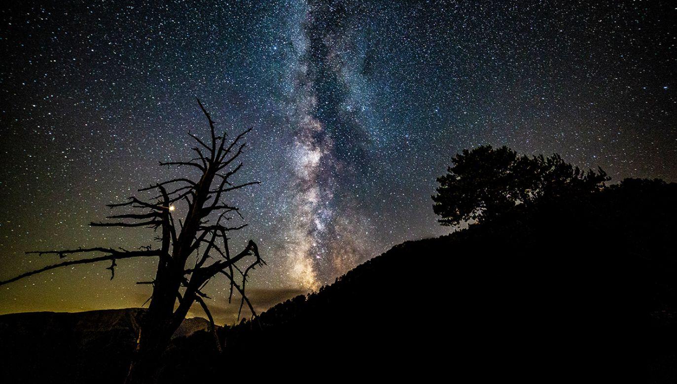 TESS fotografował krajobraz nieba południowego z poświatą Drogi Mlecznej (fot. Nicolas Economou/NurPhoto via Getty Images)