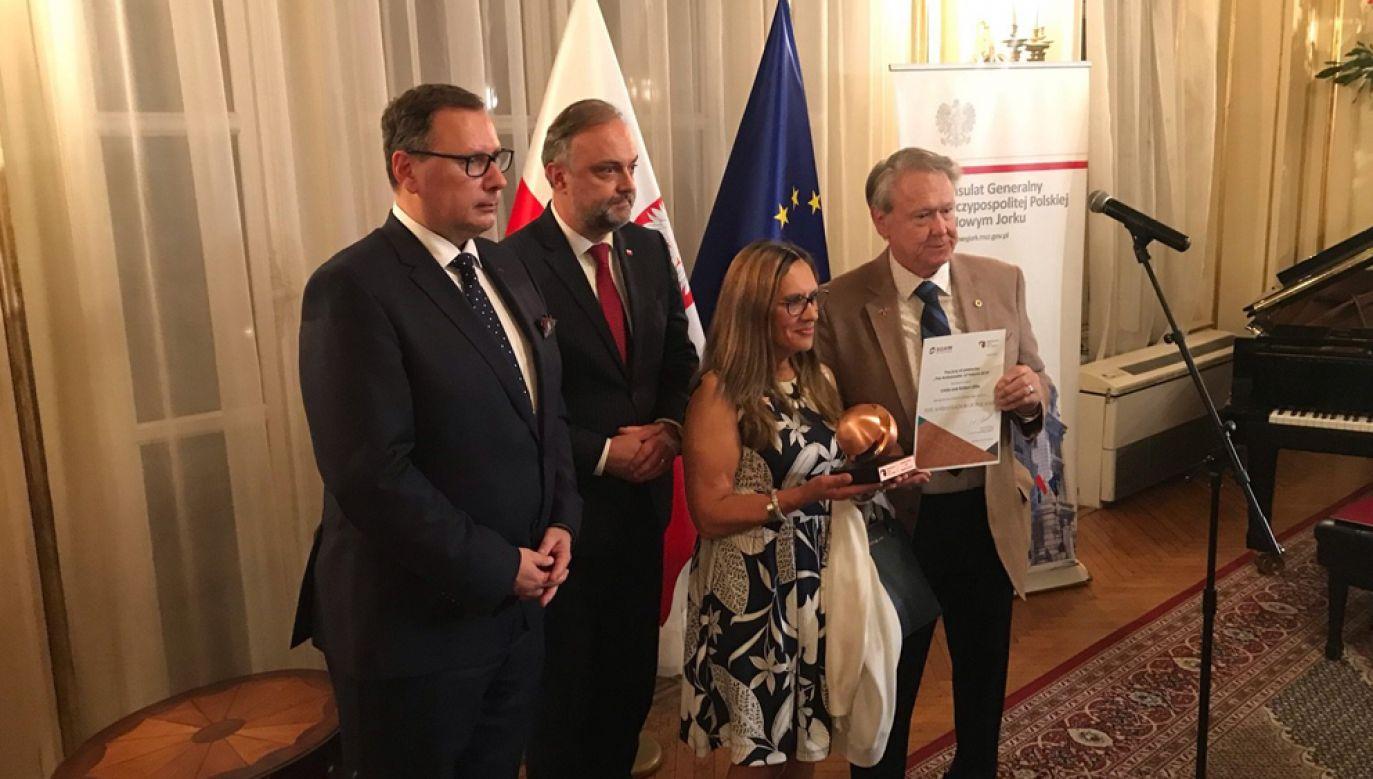 Wiceprezes zarządu ARP S.A. Andrzej Kensbok, Konsul Generalny RP w Nowym Jorku Maciej Golubiewski oraz rodzice Michaela Ollisa w trakcie uroczystości (fot. Twitter / @kghm_sa)