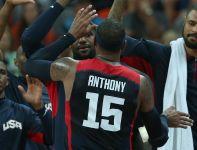 Carmelo Anthony z kolegami z drużyny (fot. Getty Images)