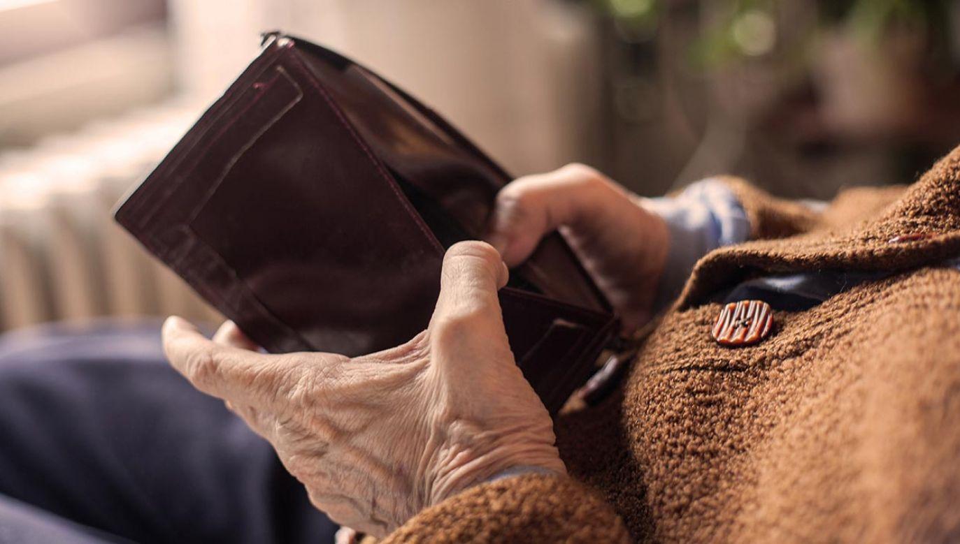 72-letni mieszkaniec Płocka wziął kredyt bankowy, aby przekazać pieniądze oszustce, podającej się za prokurator (fot. Shutterstock/natasaelena