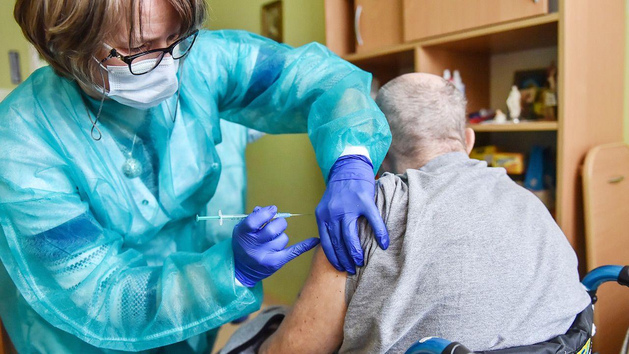 Więcej Polaków akceptuje szczepienia (fot. PAP/Wojtek Jargiło)