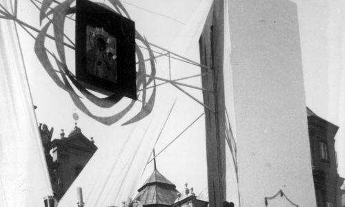 Główne uroczystości odbyły się 3 maja. Kard. Stefan Wyszyński odprawił mszę przy ołtarzu milenijnym w kształcie chrzcielnicy, zaprojektowanym przez Janusza Tofila. Fot. NAC