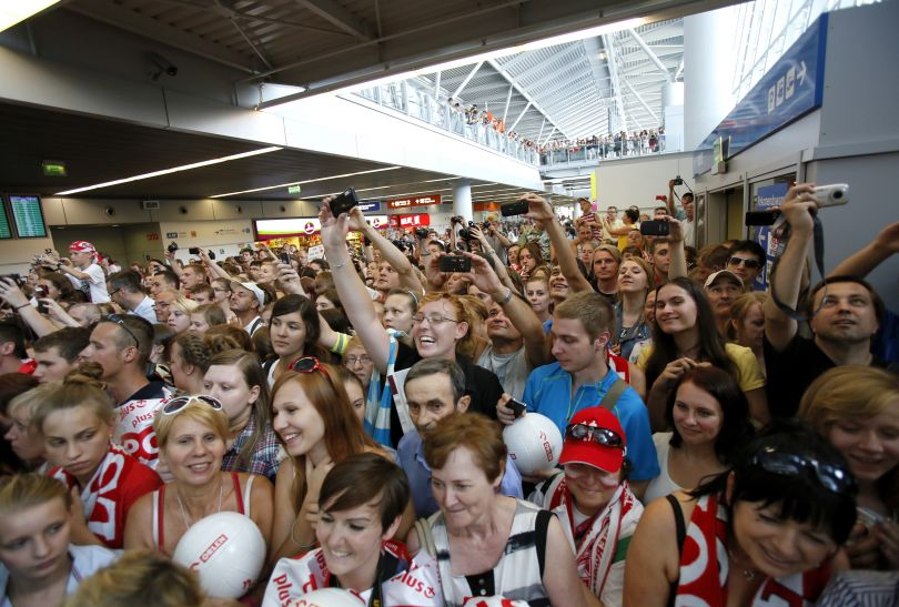 Hala przylotów na lotnisku Chopina była szczelnie wypełniona przez fanów biało-czerwonych (fot. PAP/Leszek Szymański)