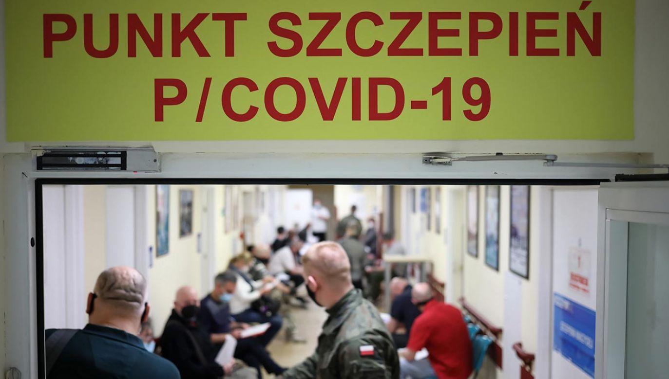 Procentowo największe zainteresowanie szczepieniami jest wśród osób najstarszych (fot. PAP/Leszek Szymański)