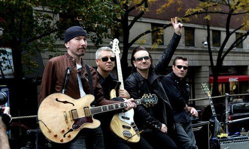 """8. Irlandzki zespół U2 zyskał od końca lat 80. ogromną popularność na świecie. Ich wynik to 135,6 mln sprzedanych płyt. Na zdjęciu The Edge, Adam Clayton, Bono i Larry Mullen podczas nagrywania na ulicach Nowego Jorku wideo promującego album """"How to Dismantle an Atomic Bomb"""" w 2004 r. Fot. KMazur / WireImage dla INTERSCOPE RECORDS/Getty Images"""