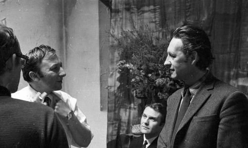 """Na planie """"Wszystko na sprzedaż"""" (1968 r.): Bogumił Kobiela, Leonard Pietraszak i Andrzej Wajda. Fot. PAP"""